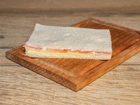 Sándwich de miga de queso y jamón crudo