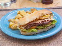 Sándwich de churrasquito con papas fritas