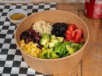 Quinoa bowl + bebida en lata 354 ml