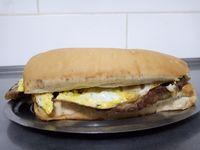 Sándwich de milanesa con huevo