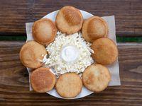 Arepitas fritas con queso blanco y nata