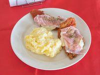 Milanesa de pollo napolitana con puré
