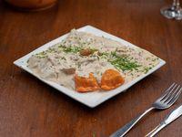 Raviolones de cerdo y ciruela con salsa