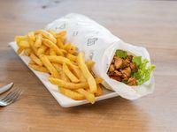 Shawarma de cerdo con papas fritas