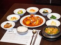 Combo 4 - Dakbokkeumtang + arroz + 7 banchan (guarniciones) + sopa de soja coreana