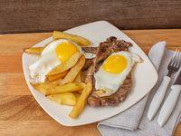 Bife de chorizo a caballo (con huevo frito) + porción de papas fritas