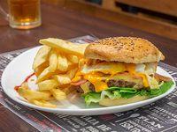 Hamburguesa Estación con papas fritas
