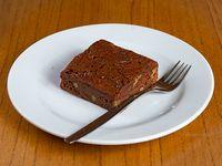 Cuadrado de brownie de chocolate con almendras