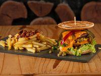 Hamburguesa doble cheddar con 5 gustos y salsas + papas fritas con cheddar y panceta