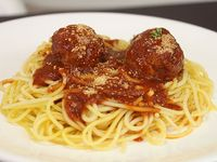 Combo - Spaguetti con albóndigas y panecillos + soda en lata 354 ml