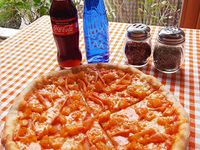 Pizza Mediana + 2 Coca-Cola Sabor Original 300 ml