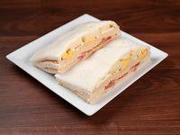 Sándwich triple de palmitos y salsa golf