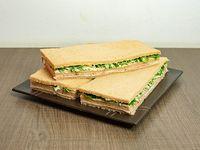 Sándwiches de jamón crudo, rúcula, queso parmesano y aceite de oliva