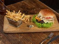 Hamburguesa 4 quesos con papas fritas