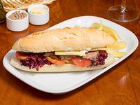 Sándwich classique con papas fritas cortadas a cuchillo
