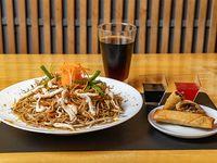 Menú mediodía 7 - Chaw mien con pollo + 2 arrolladitos primavera + gaseosa línea Coca Cola de 220 ml