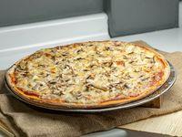 Pizza con queso, pollo, champiñón y pimentón