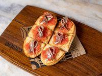 Tabla de pan tumaca con anchoas