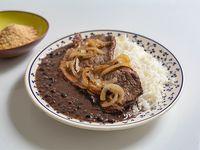 Feijãocon arroz, bife, cebolla caramelizada y farofa