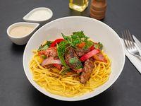Spaghettis a la huancaína con lomo saltado