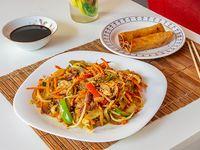 Wok oriental con 2 arrolladitos primavera vegetarianos