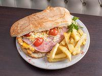 Sándwich parque chas con papas fritas
