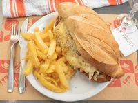Sándwich fugazzeta con papas fritas