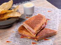 Sándwich de Jamón de Cerdo y Salami
