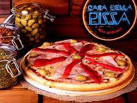 Pizza con muzzarella, jamón y morrón