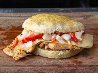 Sándwich de 1/4 de pollo con salsa criolla y queso
