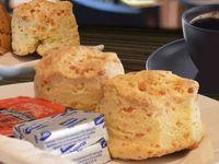 Scon de queso con manteca y mermelada