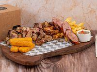 Box para compartir - Bife de vacío + matambrito de cerdo + chorizo + molleja + bastones de queso + acompañamientos