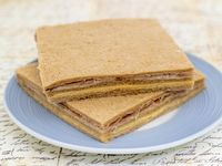 Sándwich de pan negro de jamón crudo y queso