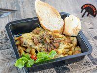 Papines asados con hierbas, hongos, cebolla de verdeo y queso raclette