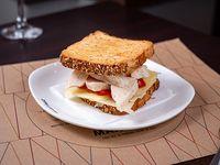 Sándwich tostado especial de pollo