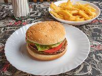 Hamburguesa con lechuga, tomate y papas fritas