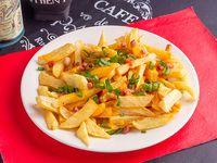 Papas fritas con cheedar panceta y cebolla de verdeo