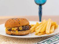 Burger Oveja Negra con papas fritas