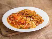 Fideos chow mein con tomate y huevos salteado