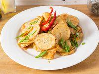 Papas fritas rústicas escoge el acompañamiento cebolla caramelizada, merken, cebollín