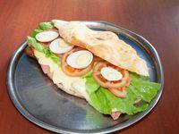 Sándwich de milanesa con jamón, queso, tomate, lechuga y huevo
