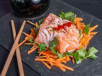 Sashimi de salmón flambeados en togarashi (4 unidades)