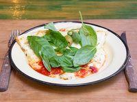 Porción de mozzarella y albahaca fresca