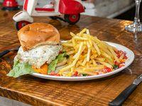 Hamburguesa la Palma con papas fritas.