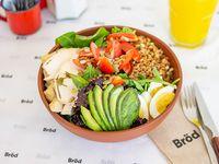 Ensalada de pollo, centeno orgánico, huevo duro, tomate, repollo colorado, semillas de zapallo