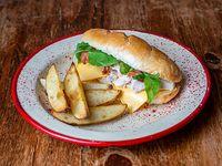 Sándwich de pollo asado al horno con guarnición