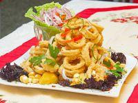 Chicharrón de rabas con ensalada criolla