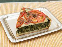 Porción de tarta verdura, queso y tomate