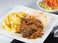 Carne mechada al plato en su salsa con guarnición