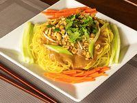 Fideos de Trigo Vietnamitas con Salsa de Maní